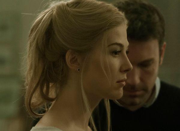 """Rosamund Pike e Ben Affleck em cena de """"Garota Exemplar"""", de David Fincher"""