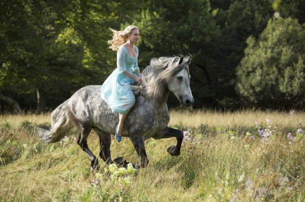 """Lily James em cena de """"Cinderela"""" (2015)"""
