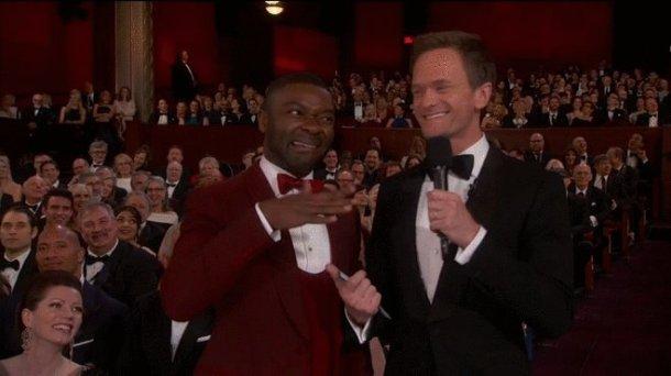 David Oyewelo mostra o que está achando da apresentação de Neil Patrick Harris (Reprodução/ABC)