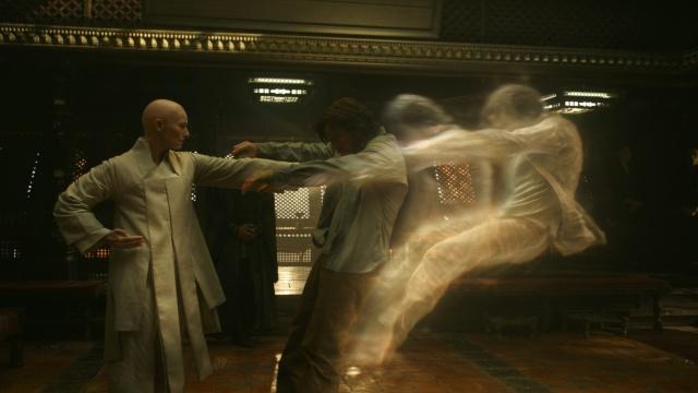 """Tilda Swinton e Benedict Cumberbatch em cena de """"Doutor Estranho"""", filme baseado no personagem dos quadrinhos da Marvel"""